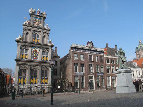 1024px-Hoorn,_West-Fries_museum_en_standbeeld_JP_Coen_foto1_2011-04-17_09.52